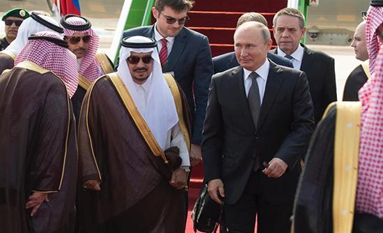 بالفيديو: الرئيس الروسي يصل إلى الرياض.. وموكب يرافق سيارته