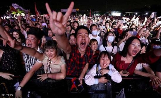 """الآلاف يحتشدون في """"مهد كورونا"""".. والكمامات """"على استحياء"""""""