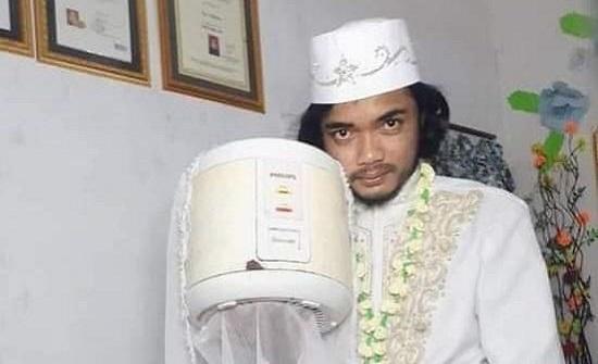 إندونيسي يتزوج آلة طبخ الأرز