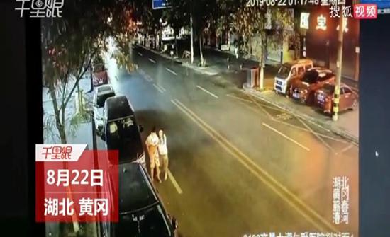 شاهد : لحظة تعرض شاب لحادث دهس مروع أثناء سيره مع أصدقائه