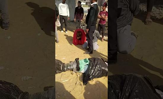 بالفيديو : لحظة القبض على رجل وامرأة خلال محاولة إلقاء جثة في ترعة بمصر
