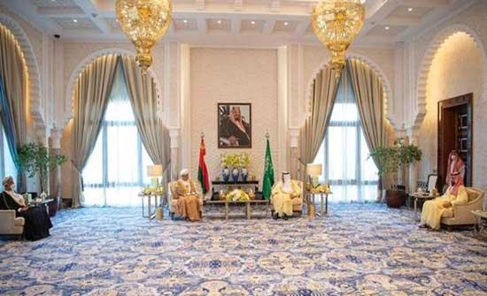العاهل السعودي وسلطان عمان يتبادلان الأوسمة .. بالفيديو