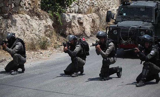 إصابة فلسطيني بجروح خطيرة خلال اقتحام قوات الاحتلال مخيم الامعري