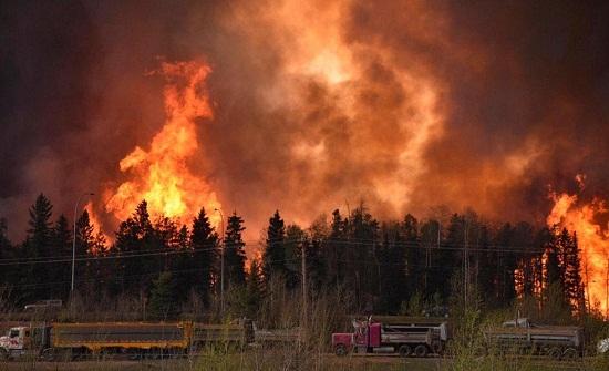 كندا تستعين برجال إطفاء مكسيكيين لمكافحة حرائق الغابات المشتعلة غرب البلاد