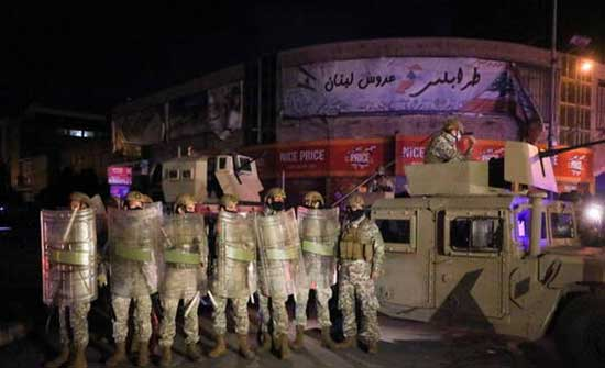 محتجون يطلقون النار احتجاجا على الأوضاع المعيشية والجيش ينتشر في لبنان .. بالفيديو