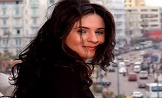 بالاحمر القصير ..نسرين إمام تستعرض أناقتها في عيد الحب ( صورة )