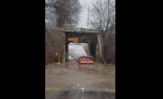 سائق أرعن يغرق سيارته في بركة من الماء بعد قرار غبي... فيديو