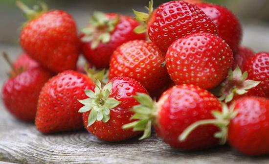 أطعمة تحتوي نسبة عالية من المبيدات يجب أن تقلق بشأنها منها الفراولة