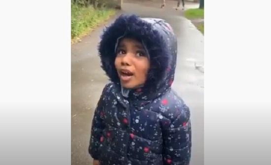 فيديو : طفلة تتكلم بالفصحى وتبكي بعد موت وردتها