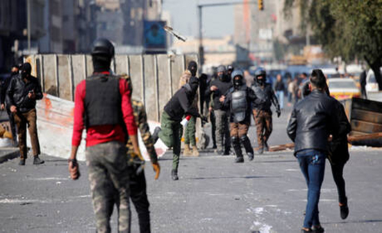جرحى خلال صدامات بين معتصمين وعناصر أمن في بغداد .. بالفيديو