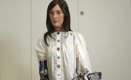 شاهد.. روبوت يحقق مبيعات بمليون جنيه استرلينى فى أول معرض لرسوماته