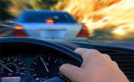 """ضبط مركبة تسير بسرعة """"جنونية""""على طريق الازرق"""