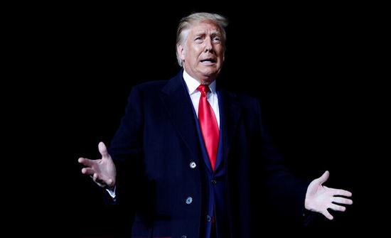 وسائل إعلام أمريكية: ترامب بدأ يعاني من ارتفاع بدرجات الحرارة والسعال بسبب كورونا