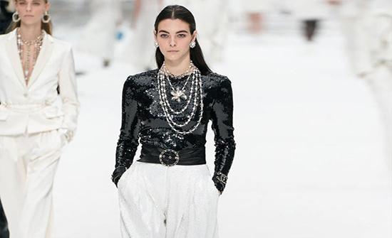 صور : سرّ الأبيض والأسود في أزياء محجبات 2020