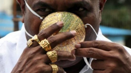 هندي يحمي نفسه من (كورونا) بكمامة ذهبية  .. هذه قيمتها