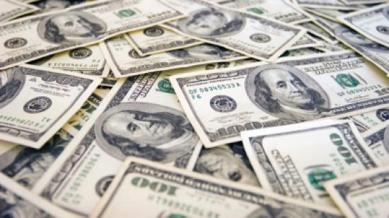 تراجع الدولار قرب أدنى مستوى في 33 شهرا