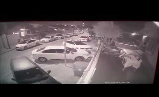 شاهد : صاروخ يصيب منزلا بشكل مباشر في مدينة سديروت الإسرائيلية