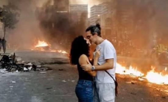بالفيديو : مشاهد جميلة وقُبلات في مظاهرات لبنان