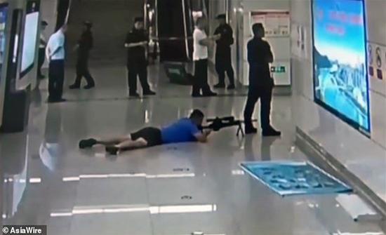 فيديو : هكذا أنقذ قناص فتاة من الموت... فيديو يحبس الأنفاس!