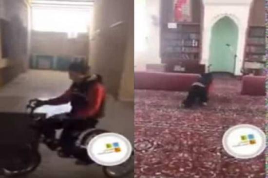 """بالفيديو.. الشاب """"أيوب"""" يدخل المسجد زاحفًا لـ""""الأذان والصلاة"""""""