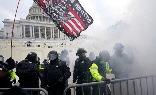 بالفيديو : جرح إمرأة و مواجهات مع مقتحمي الكونغرس و إنزال العلم الأميركي