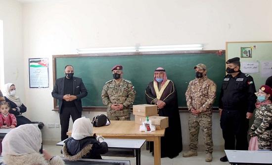مركز الملك عبدالله الثاني لتدريب العمليات الخاصة يوزع أجهزة تعليم لوحي