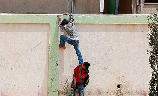 اسوار المدارس ضحية انتهاكات مراهقين