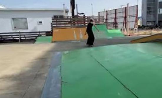 ياباني أعمى يتحدى حواجز العجز ويحترف التزلج..فيديو
