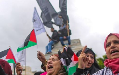تظاهرات في غزة احتجاجا على قطع برنامج الغذاء العالمي المساعدات عنهم