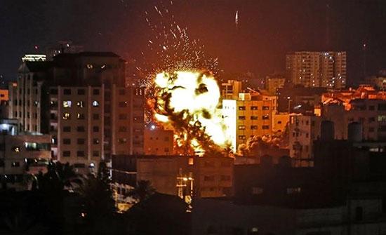 بالفيديو- الطيران الحربي الإسرائيلي يقصف موقعا عسكريا شمال قطاع غزة