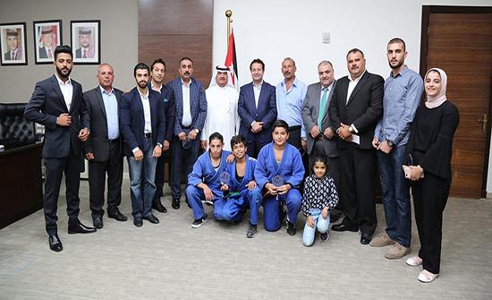 وزير الشباب يكرم عددا من الشباب المتفوقين رياضيا