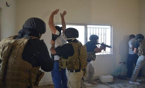 القبض على مطلوبين بحوزتهم أسلحة نارية
