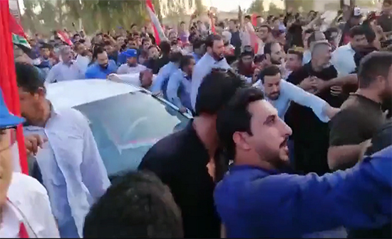 شاهد : مقتدى الصدر يقود سيارته بين المتظاهرين في النجف