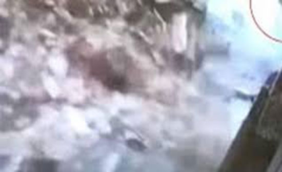 فيديو : نجاة سيدة بأعجوبة من انهيار جدار في الوقت المناسب