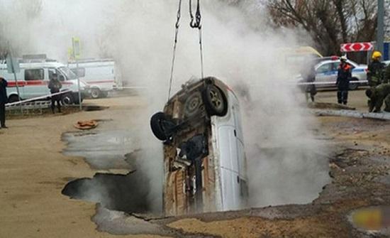 روسيا.. الأرض تبتلع سيارة في حفرة من الماء المغلي (صور)