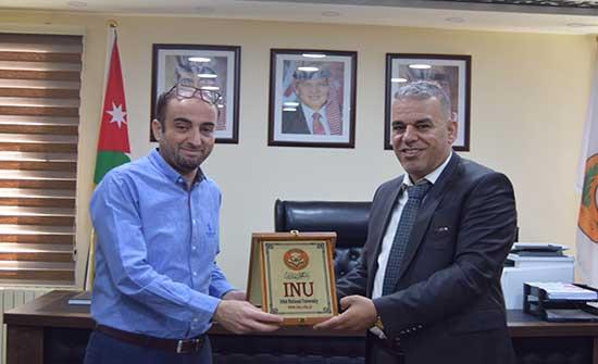 جامعة إربد الأهلية تكرم مدير فرع بنك الاستثمار العربي الأردني فرع الجامعة
