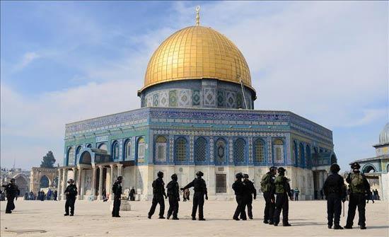 الاحتلال يبعد نشطاء مقدسيين عن المسجد الأقصى
