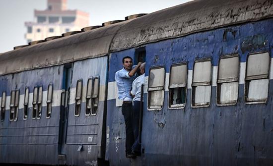 ضحية قطار جديدة بمصر.. شاب يلقى حتفه بعد تلاسن مع المحصل