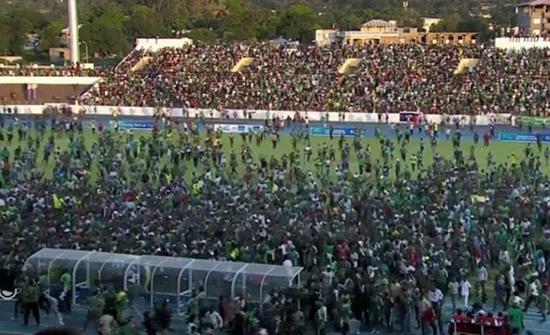 بالفيديو : الجماهير تقتحم أرضية ملعب مباراة جزر القمر ومصر