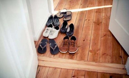 لماذا يجب عليك ترك الحذاء خارج المنزل أثناء انتشار «كورونا»؟
