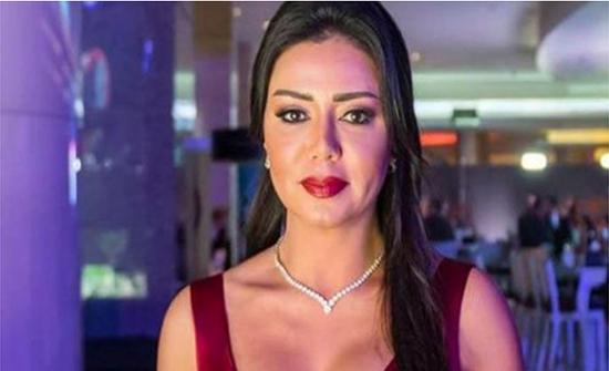 رانيا يوسف بفستان قصيرعلى الشاطيء والتاتو ظهر .. شاهد