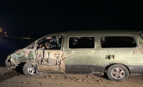 بالصور : وفاة طفل و5 إصابات بتدهور باص على الطريق الصحراوي
