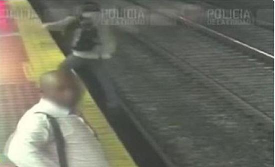 بالفيديو : لحظة سقوط رجل ارجنتيني على قضبان المترو أثناء النظر في هاتفه