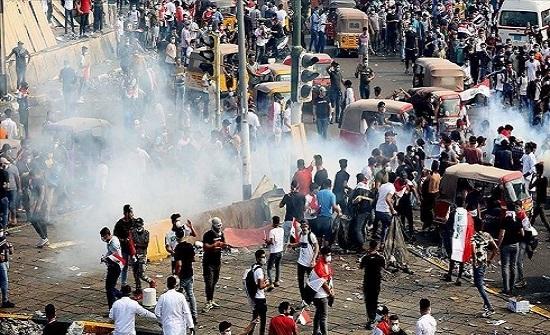 العراق.. محتجون يمزقون صور الخميني في الديوانية