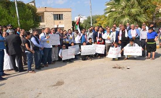 وقفة احتجاجية على تأخر تنفيذ طريق دير ابي سعيد-سموع