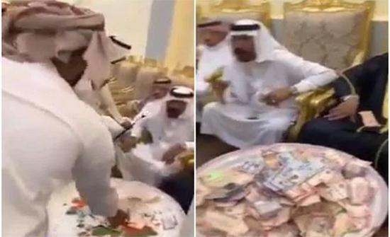 شاهد: عريس يجمع مبلغًا كبيرًا كهدايا في صحن ولائم في السعودية