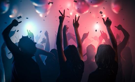 رقص وأحضان.. حفل خادش للحياء يثير ضجة بدولة عربية
