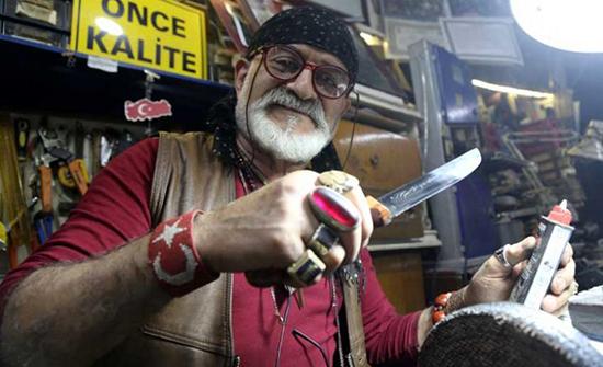 بسكاكين صغيرة جدا.. سبعيني تركي يحلم بدخول موسوعة غينيس- (صور)