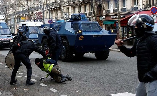"""تعليق سوري على احتجاجات فرنسا: """"ما حدا أحسن من حدا"""""""