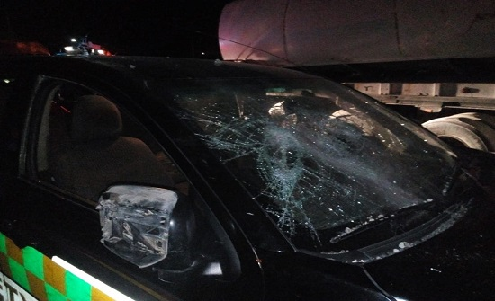 الاعتداء على سيارة للسلامة المرورية على الصحراوي..صور